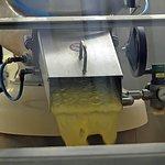 """""""Côté usine"""" machine à broyer les graines de moutarde pour en tirer la moutarde"""