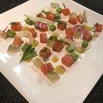 Saumon gravlax, dés de sponge cake aux herbes et gelées de fenouil