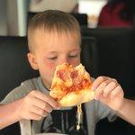 Дети попросили пиццу и поэтому пришли сюда пообедать .