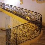 un escalier dans l'abbaye
