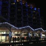 Die Winterdeko des Hotels bei Nacht