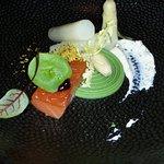 Voorgerecht met asperges en gemarineerde zalm