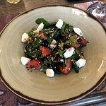 Салат с обжаренными баклажанами с мягким козьим сыром и семечками