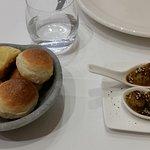 Pan casero y olivas maceradas
