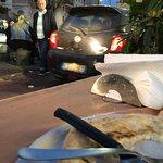 Voici ma table et ma pizza avec les voitures qui frôlent mon assiette à chaque passage