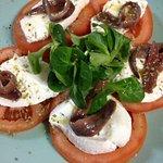 Muy deliciosa, la mozarela de bufala fresc con anchoas, tomate y mas, una verdadera delicia!