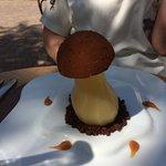 Comme un champignon : poire pochée au layon nougat glacé et crmble au cacao