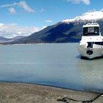 El barco que nos llevo hacia el glaciar. Tenia un sector para ver desde afuera.