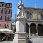 Verona_Piazza dei Signori_statua di Dante Alighieri