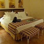 très grand lit avec toutes sortes d'oreillers