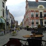 Uitzicht op het stadhuis van Hattem, vanaf het terras van café restaurant Banka.