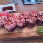 Ика хот маки - фиолетовый запечённый ролл с кальмарами