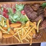 Półmisek mięs (troszkę już naruszony) - pisze, że dla 2 osób. Nie jest tani, ale do syta :)