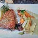 Steak de thon et ses petits légumes avec une cuisson juste parfaite