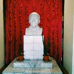 На входе встречает Ленин