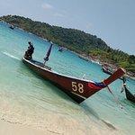 лодки прибывающие на пляж по воде
