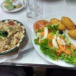 bolinho de bacalhau,salada e arroz de feijão