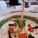 homard servi entier cuit à la braise, velouté et tête d'asperges blanches de Malines