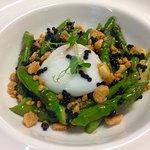 Insalata di asparagina, uovo a 65º, crumble di parmigiano, perlage di tartufo nero.
