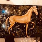 Картина с лошадью и осьминог с креветками.