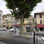 大きな交差点。画面奥左側の草緑のストールの場所がレストラン