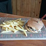 Rustic burger..ιδιαίτερη νότα στο burger δίνει το κατσικίσιο τυρί σε συνδυασμό με τα μανιτάρια..