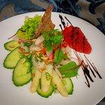 Veganer Spargelsalat mit Erdbeeren und Balsamico
