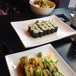 Sushi zum Teilen mit Freunden bestellt