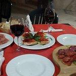 Antipasto accompagnato con un buon calice di vino rosso