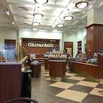 Фотография Ghirardelli Ice Cream & Chocolate Shop