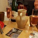 Une idée de la table en fin de repas (avec les coupes offertes pour les anniversaires).