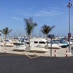 Vista parcial puerto y zona de bares.