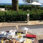 Super petit-déjeuner avec produits locaux de qualité et vue sur l'océan!