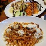 Spaghetti Puttanesca mit frisch geriebenem Parmesan