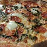 Pizza con salame piccante, friarielli e capperi