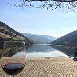 Esplanada a beber um vinho do Douro