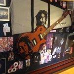 Quadro com pertences do Bob Marley