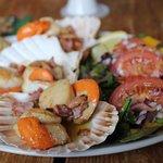 the very fresh scallops with garlic bread!