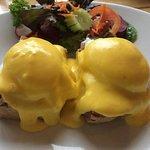 Egg Benedict ไข่ดาวน้ำบนแฮมและขนมปัง ราดด้วยซอส และสลัดผักเคียง