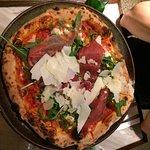 pizza com parmesão e rúcula