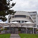 Façade du restaurant. Deux terrasses, un étage avec vue panoramique.
