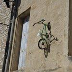 Wat een blikvanger: een fietsje aan de muur!