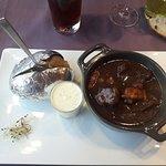 Boeuf bourguignon et pomme de terre cuite au feu