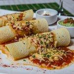 Entomatada de trucha: Rolls de tortillas de maíz rellenas de trucha…pimientos rojos..cebolla de