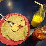 Jugos de frutas y hummus con chapatis