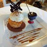 Pétit gateau baiano : panelinha de coco com sorvete de creme e calda de brigadeiro