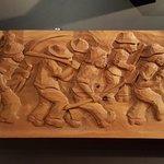 Scultura su tavola di legno