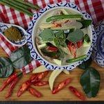 703. Gaeng Kiew Wan Nua / Rindfleisch  in Kokosmilch mit grünem Curry,  Gemüse und Thai-Basiliku