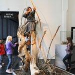 Kinder bestaunen die Figur des frühmittelalerlichen Bogenschützen Gernot.