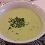 Menú del día 10€: sopa fría de yogur y pepino, cerdo strogonoff y tarta de queso.